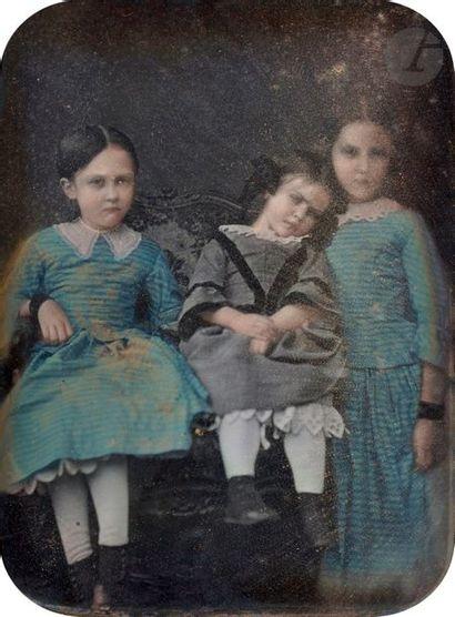 Daguerréotypiste non identifié Trois fillettes, c. 1850. Daguerréotype colorisé,...