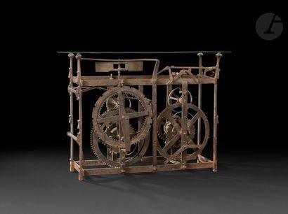 Console formée d'un mécanisme d'horlogerie...