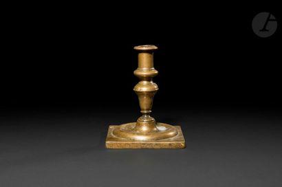 Petit bougeoir en bronze, fût en balustre,...