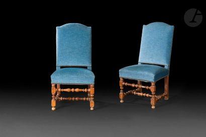 Deux chaises pouvant former paire en noyer...