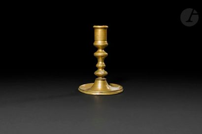 Petit bougeoir en bronze, fût tourné en balustre,...