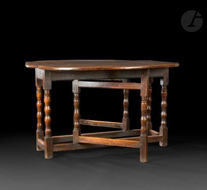 Table en chêne dite gateleg à deux abattants,...