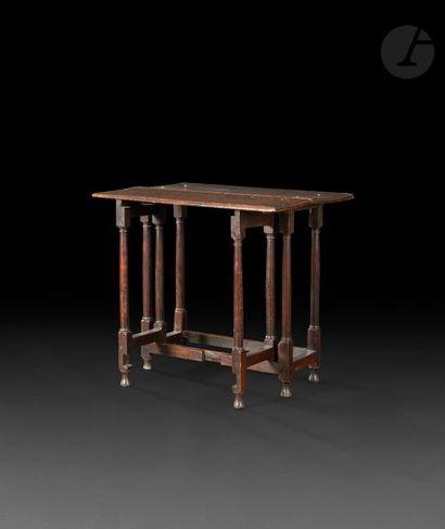 Petite table en chêne à abattant et pieds...
