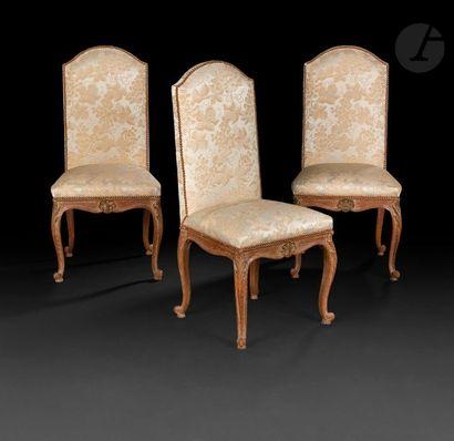 Trois chaises à dossier plat cintré en bois...