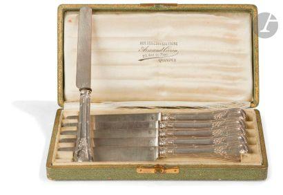 Lot composé de métal argenté comprenant : trois saucières tripode Armand Frenais,...