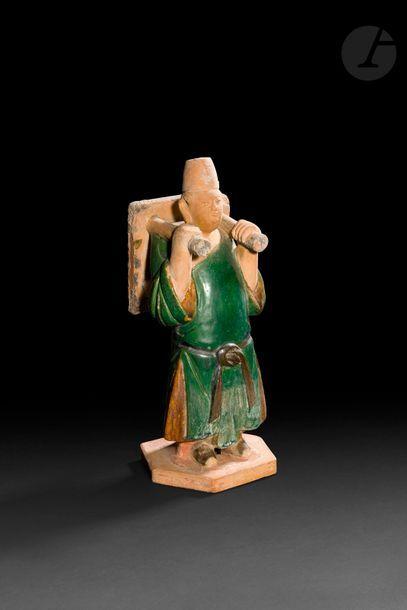 CHINE - Époque MING (1368 - 1644) Statuette en terre cuite de paysan debout, la...