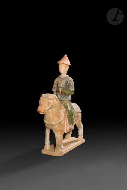 CHINE - Époque MING (1368 - 1644) Cavalier en terre cuite à traces d'émail vert...