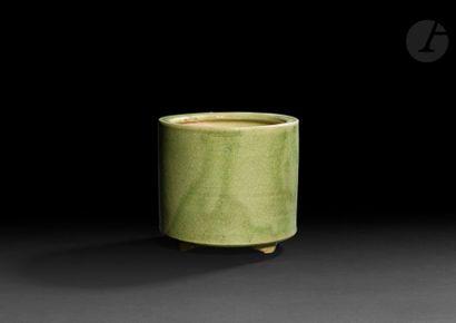 CHINE - XXe siècle Pot tripode en grès émaillé...