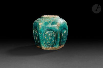 CHINE - XIXe siècle Ensemble en grès émaillé : pot couvert bleu turquoise à décor...