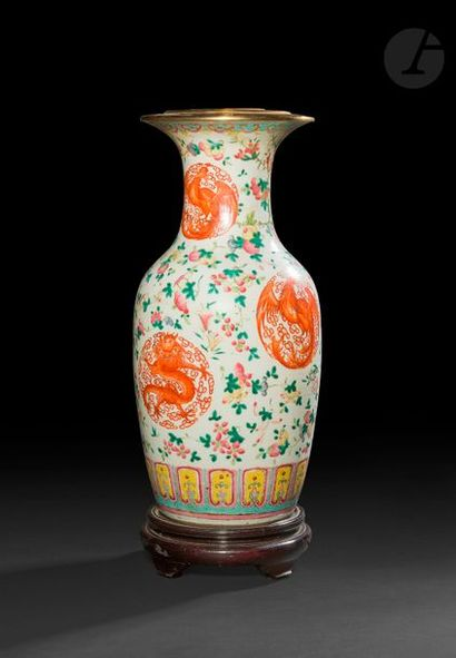 CHINE, vers 1900 Vase balustre en porcelaine émaillée polychrome à décor en rouge...