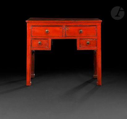 CHINE - XXe siècle Bureau en bois laqué...