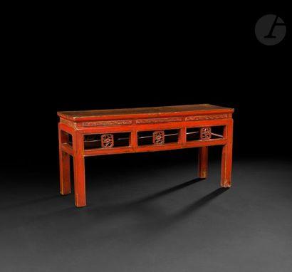 CHINE - XXe siècle Banc en bois laqué rouge...