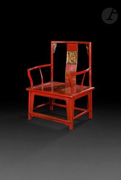 CHINE - XXe siècle Fauteuil en bois laqué...