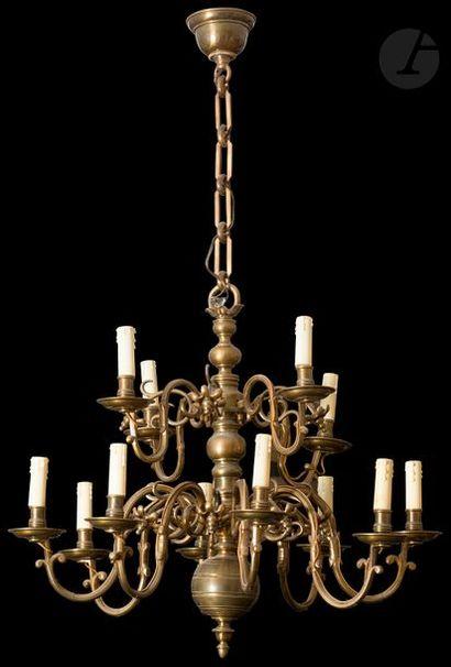 Lustre en bronze à douze bras de lumière...