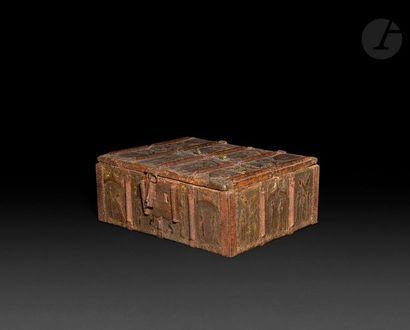 Coffret à âme en bois recouvert de cuir estampé,...