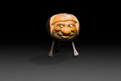 Amusante sculpture exécutée dans un marron d'Inde représentant un personnage barbu...