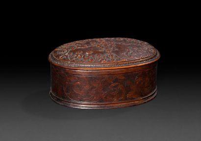 Boîte ovale en bois de Sainte-Lucie début du XVIIIe siècle. Elle est gravée d'enroulements...