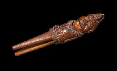 Casse noisettes en bois sculpté figurant un meunier portant bonnet, les deux mains...