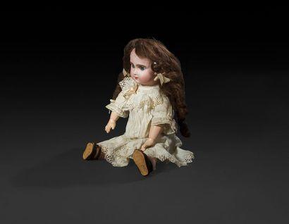 Bébé JUMEAU, tête en porcelaine marquée au tampon rouge: Tête JUMEAU, T. 7, yeux...