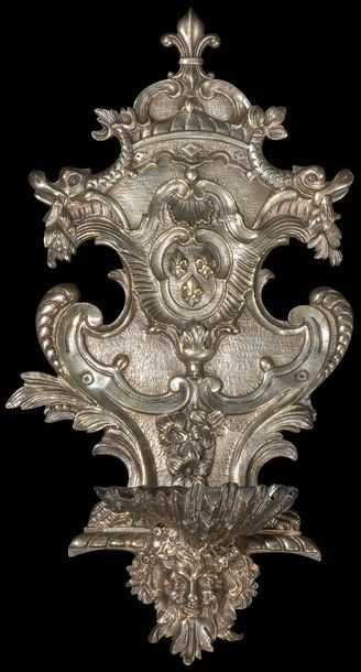 Bénitier en bronze argenté à décor de coquilles,...