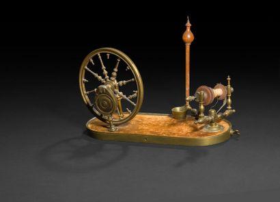 Rouet en bronze doré et bois tourné, avec...