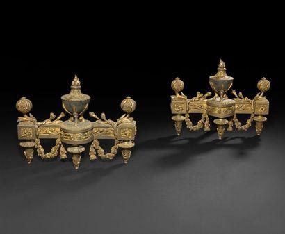 Paire de chenets en bronze doré (usures)...