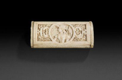 Tabatière en ivoire sculpté à décor de profils...