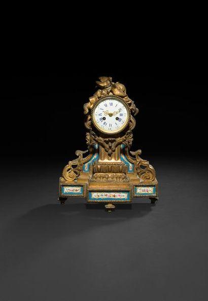 Pendule en bronze doré et plaques de porcelaine...