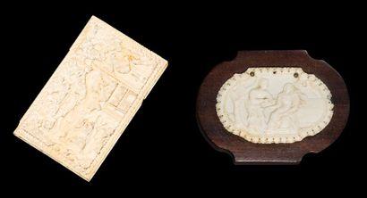 Deux objets en ivoire composé d'un porte-cartes...