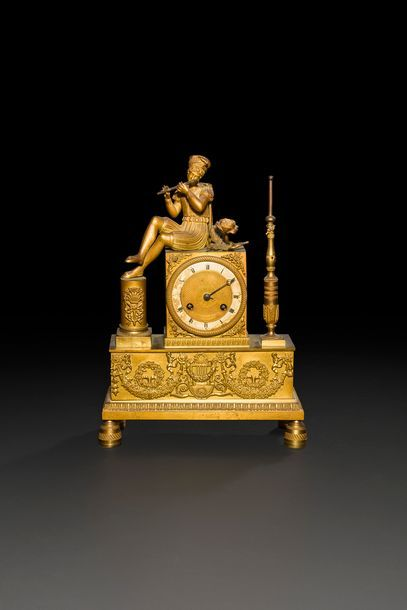 Pendule en bronze doré à décor d'un joueur...