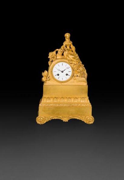 Pendule en bronze doré à décor d'une femme...