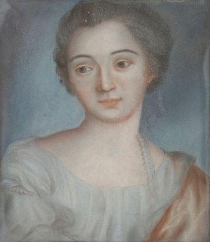 École FRANÇAISE du XIXe siècle Paire de portraits d'élégantes en buste Pastels....