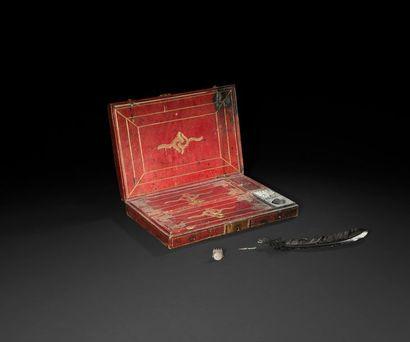 Coffret-écritoire en maroquin rouge doré...