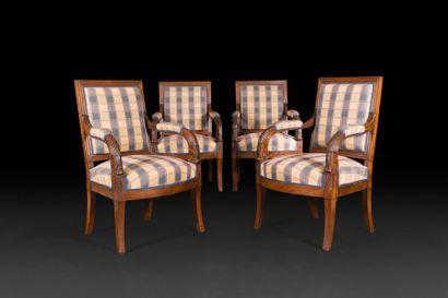 Suite de quatre fauteuils en acajou mouluré...