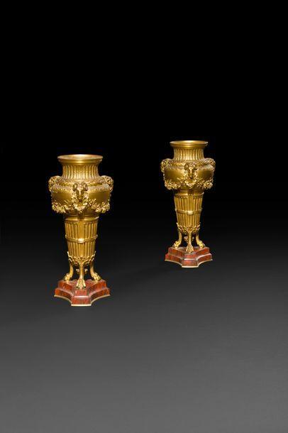 Paire de cassolettes formant vase en bronze...