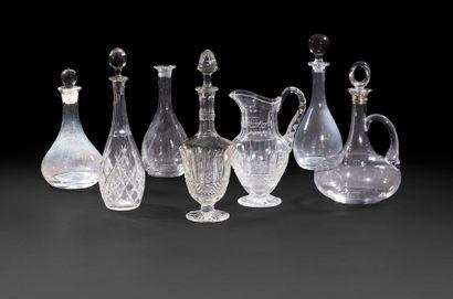 Sept carafes et une aiguière en verre et...