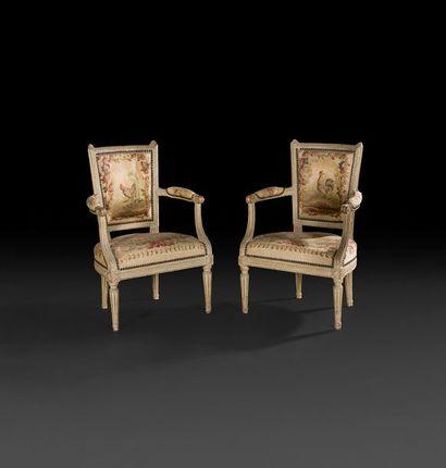 Paire de petits fauteuils en bois sculpté...