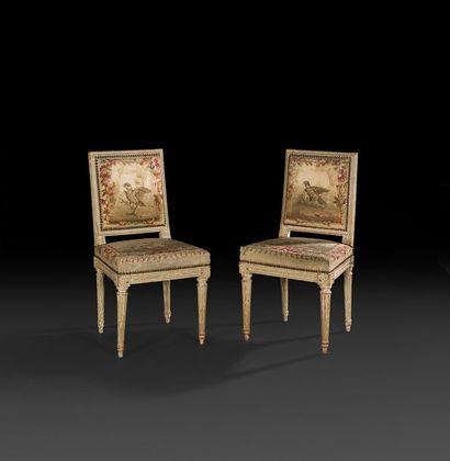 Paire de chaises en bois mouluré et peint,...