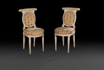 Paire de chaises ponteuses en bois mouluré...