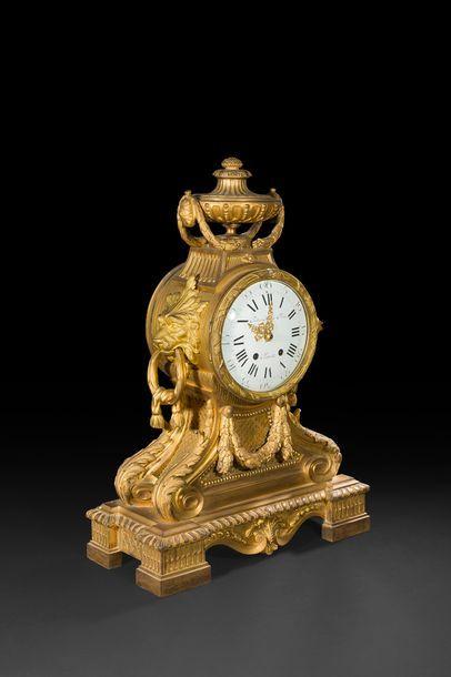 Grande pendule en bronze doré à décor de...