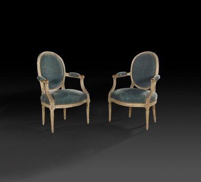 Paire de fauteuils en bois mouluré et peint,...