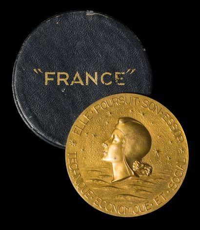 Ensemble de souvenirs du paquebot France...