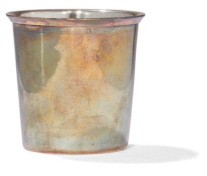 Timbale à fond plat en argent. Poinçon minerve. Poids: 76,70 g