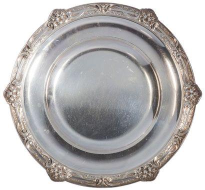 Paire de plats circulaires en argent, le marli rehaussé d'un décor ciselé de fruits...