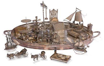 Plateau à deux anses à galerie et deux poignées en métal argenté (Mappin and Webb)...