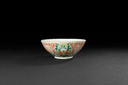 Chine Bol en porcelaine à décor polychrome...