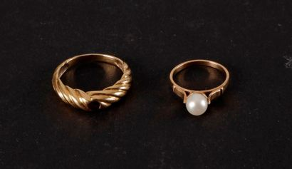 Lot de 2 bagues en or : - 1 bague or et perle...