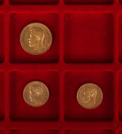 lot de 3 pièces russes en or: - 2 pièces de 5 Roubles en or. Tsar Nicolas II. Saint...