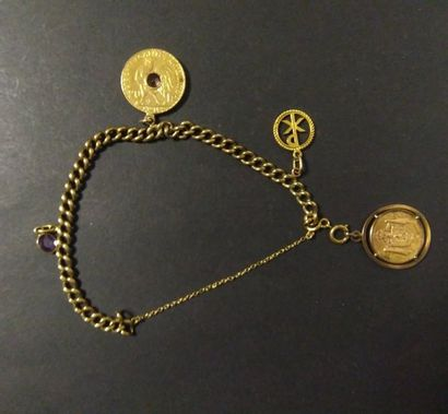 Bracelet en or à gourmettes dont une pièce...