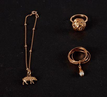 Lot de bijoux en or : - 1 bague feuillage...